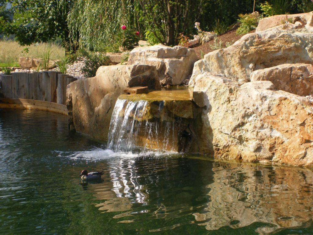 Cascade dans une baignade naturelle