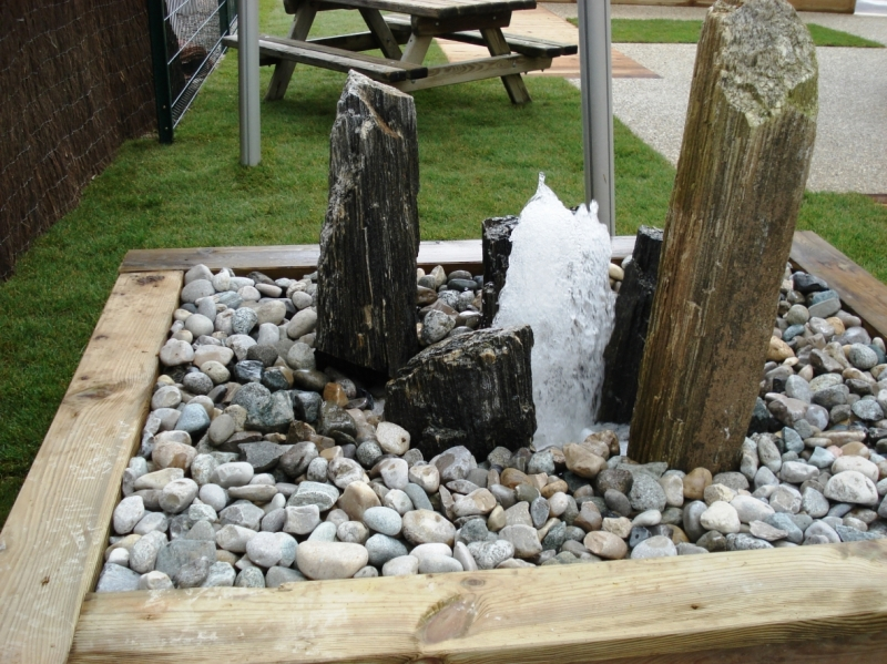 Jeu d'eau indépendant avec roches et bouillonnement
